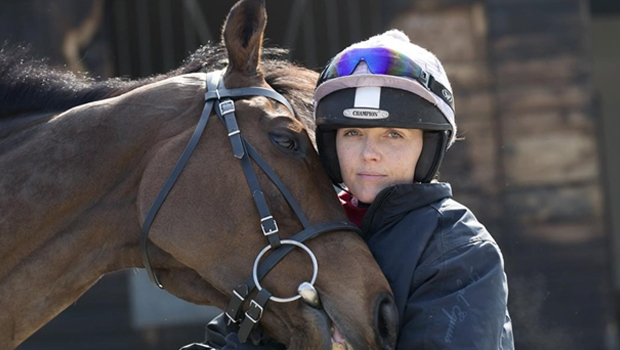 Victoria Pendleton changes the handlebar by the reins